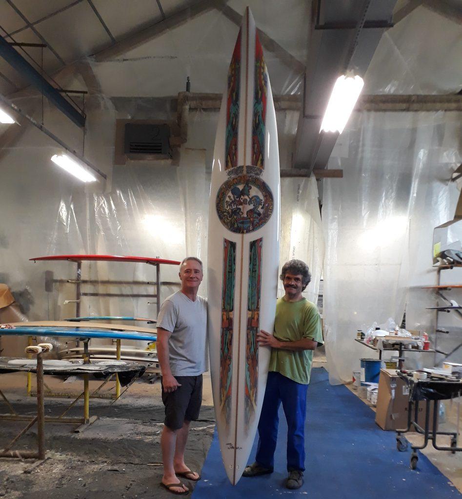 Planche de surf personnalisée par l'artiste Franck CAVADORE et réalisée par les Etablissements BARLAND à Bayonne