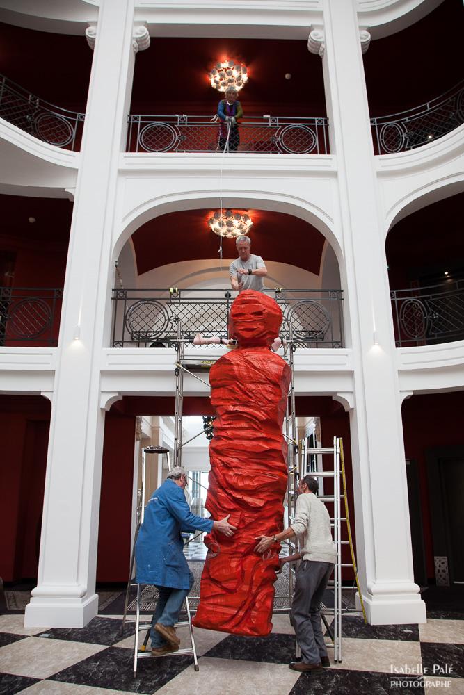Installation d'une œuvre de l'artiste Odile DUROUSSEAU pour l'évènement Le Regina Biarritz en 2015 © Isabelle PALE