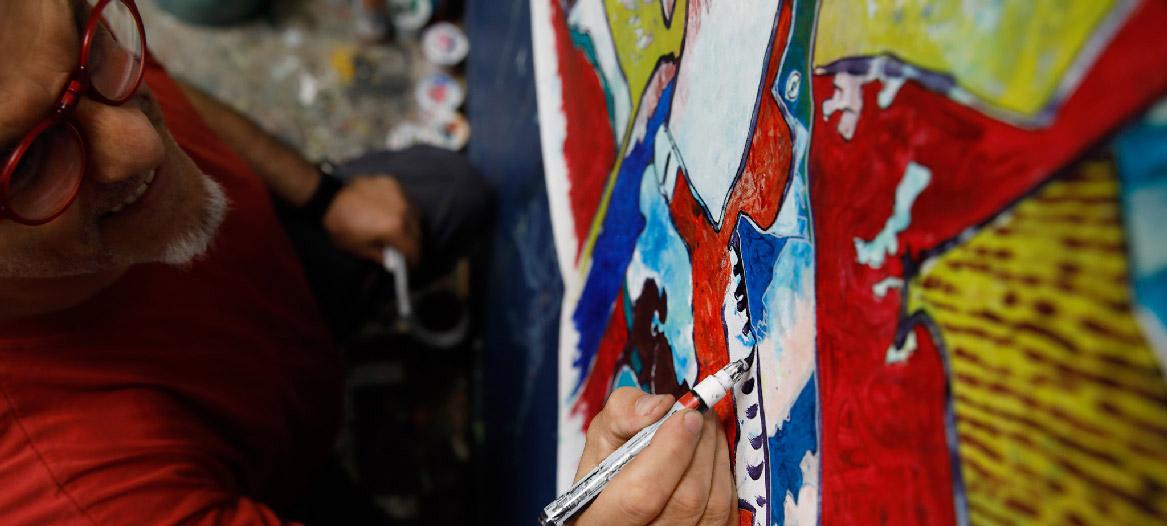 L'artiste Franck CAVADORE dans son atelier © Alexandra VAQUERO